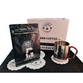 Dárkový balíček pražené zrnkové kávy Caliber Coffee® 9 mm, 250 g, nerezový hrnek s karabinou