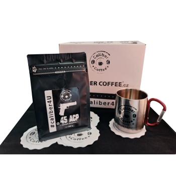 Dárkový balíček pražené zrnkové kávy Caliber Coffee® .45 ACP, 250 g, nerezový hrnek s karabinou