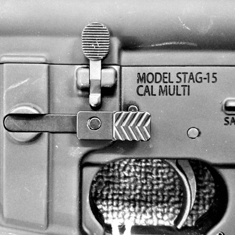Oboustranný vypouštěč zásobníku pro AR15, MVB Industries